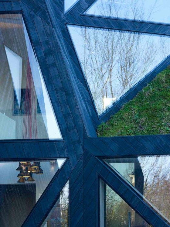 Casa lembra origami japonês. Fachada nova foi erguida sobre estrutura antiga