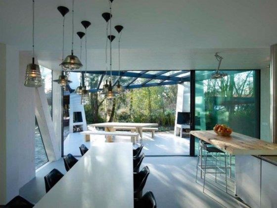 Cozinha fica na área térrea e tem saída para área verde