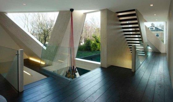 Luminárias modernas, escada e muitos ângulos em casa cômodo do novo anexo