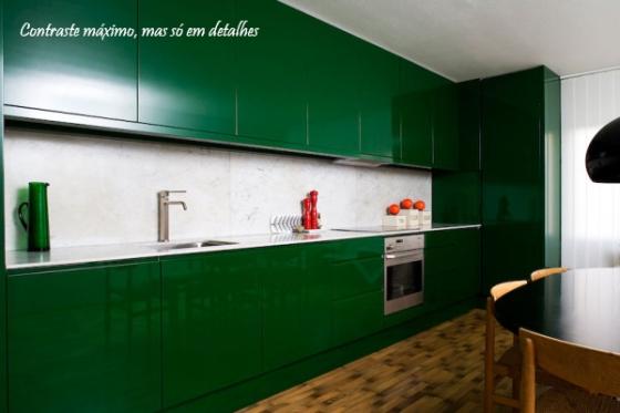 armarios verdes na cozinha com madeira