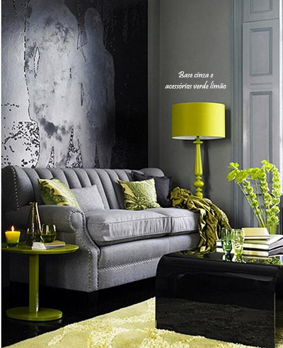 sofa cinza com almofadas verdes