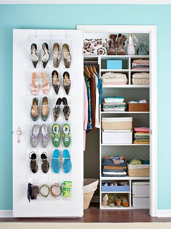 guardar sapatos em bolsos verticais dentro do armário para quartos pequenos