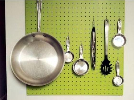 Pendurar panelas, colheres e acessórios de cozinha na parede
