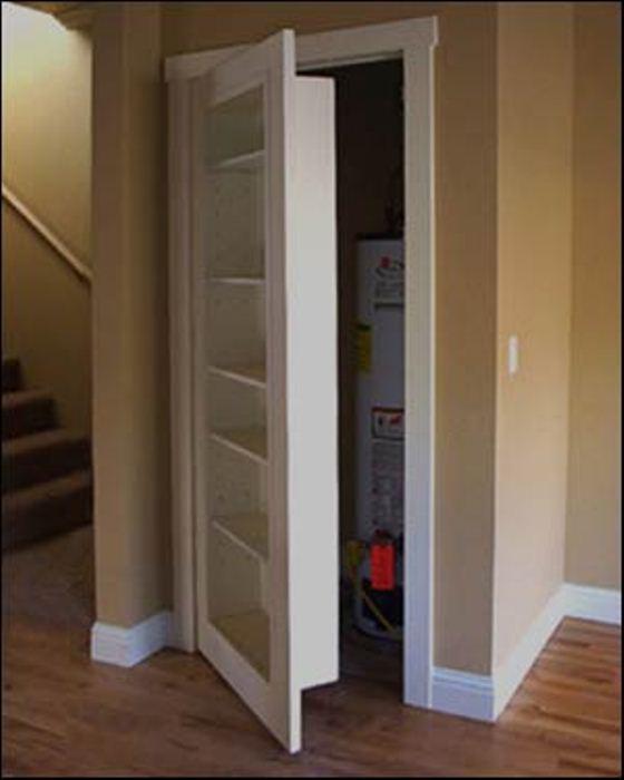área atrás de prateleira foi usada para construir closet ou armário para guardar casacos, guarda-chuvas e chapéus