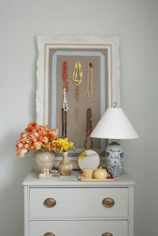pendurar colares e brincos em quadro economiza espaço em apartamentos e casas pequenas