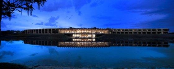 Construído de frente para o Lago, hotel usa madeira, pedras e vidro