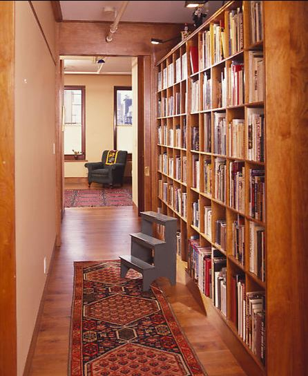 estante de livros no corredor
