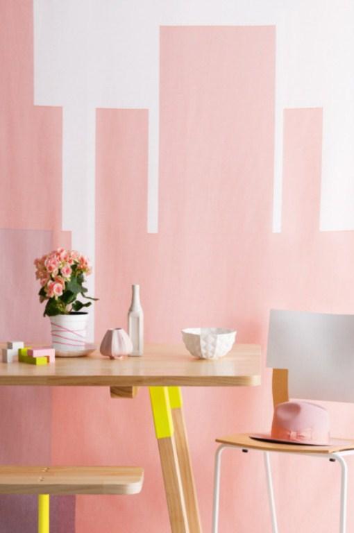 detalhes neon na mesa da sala, combinados com tons mais sóbrios