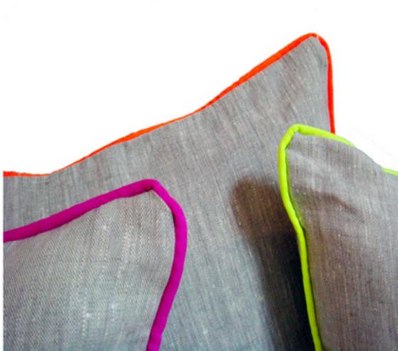 Pequeno detalhe no acabamento das almofadas em tom neon