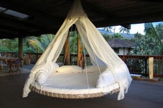 Varanda fica aconchegante e moderna com balanço confortável que parece cama flutuante