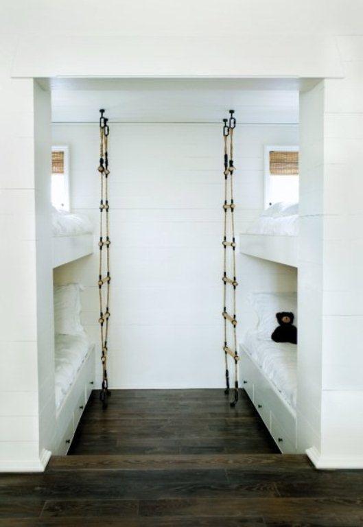 Inspiração no rappel, quarto com beliche e escadas de corda