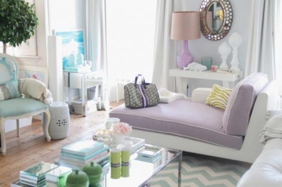 sofá em lilás e poltronas em azul pastel