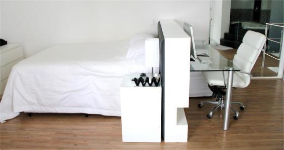 Çama branca, chão de madeira, mesa de cabeceira e escritório