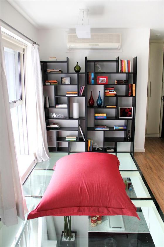 claraboia permite iluminação natural para a prateleira com livros