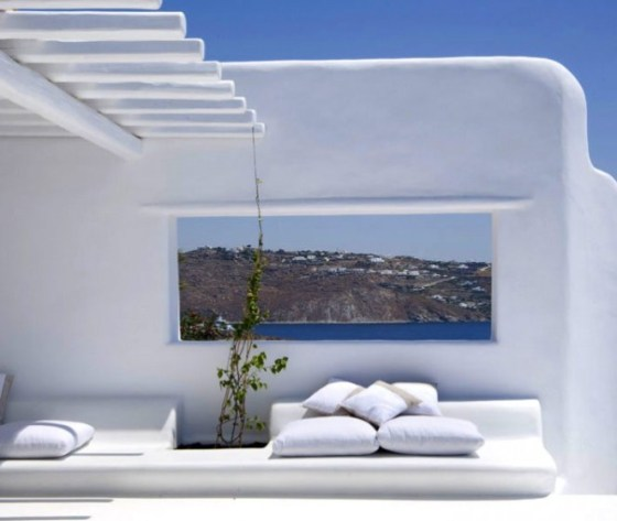 varanda, branco na decoração e vista para o mar em casa de praia da Grécia