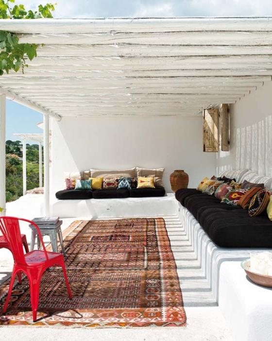 Varanda branca em varanda de casa de praia em Portugal