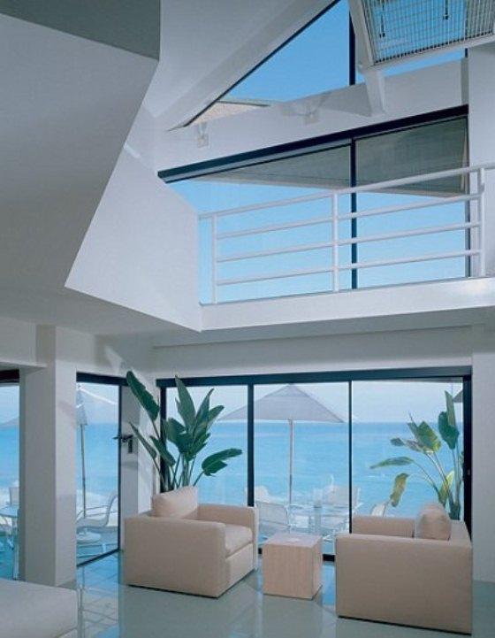 Casa de praia moderna na Califórnia tem vidros na sala que dá vista pro mar