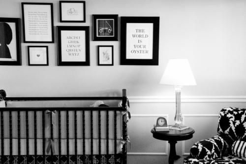 os detalhes em preto, branco e vermelho divertem o quarto