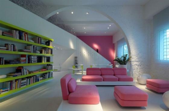 sofa rosa com prateleiras coloridas