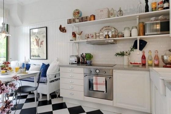 Cozinha ficou moderna com sofá e chão quadriculado preto e branco