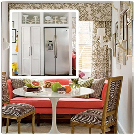 Sofá rosa no canto da janela, cortinas, almofadas e cadeiras Luís XVI