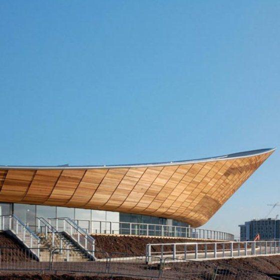 Corredor é envidraçado com vista para o parque Olímpico e a cidade de Londres