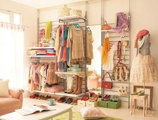sapatos são guardados em caixas no closet, que tem prateleiras, janela e espaço par relaxar