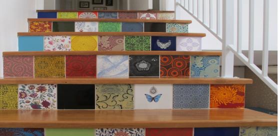 degraus são preenchidos por azulejos coloridos e desenhados