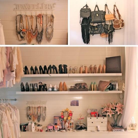 Prateleiras com bandejas corrediças ou rodinhas ajudam na hora de procurar roupas e sapatos em closet