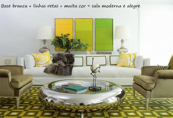 sala branca com detalhes em verde e amarelo