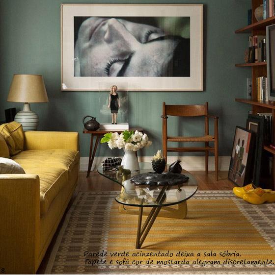 parede verde acinzentada e quadro preto e branco