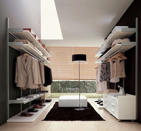 Ideias de closet para apartamentos grandes, estilo clean, com luminária moderna, puf e tapete preto