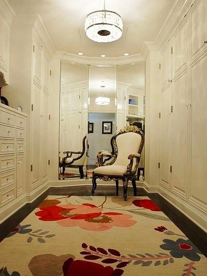 Espelho amplia closet e cadeira é importante para dar apoio na troca de roupas