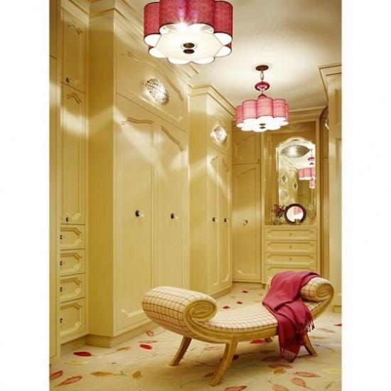 Closet com armários, nichos fechados e gaveteiros