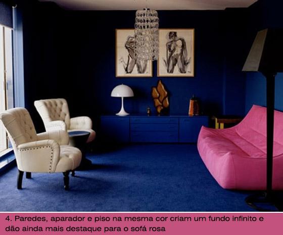 parede azul sofa rosa