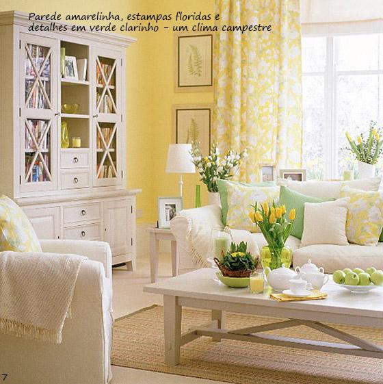 sala de estar com parede amarelinha